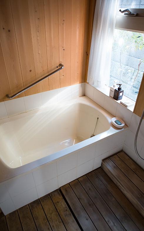 【画像8】浴室の壁には木曽のサワラを使用(写真撮影/片山貴博)