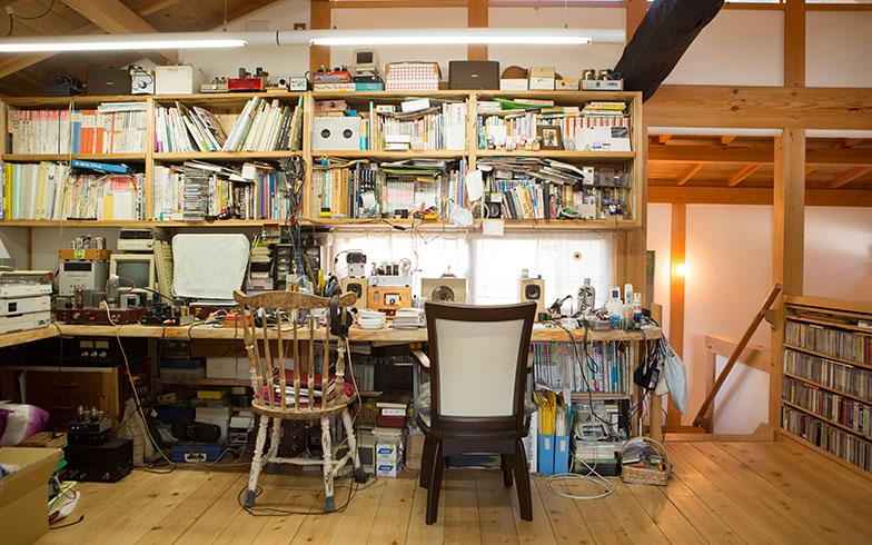 【画像9】Kさんの作業場兼書斎の本棚と、右側のCD棚など、すべての収納はつくり付けになっている(写真撮影/片山貴博)