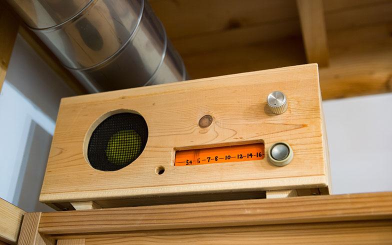 【画像10】端材を使ってKさんが自作したラジオ(写真撮影/片山貴博)