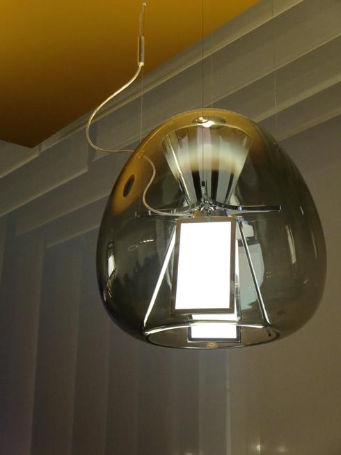 【画像27】OLEDは熱を出さず、UVやブルーライトのリスクも無い(LG社製)。最新テクノロジーを伝統の吹きガラスで覆うところがイタリア・デザインらしい@Artemide社(写真撮影/藤井繁子)