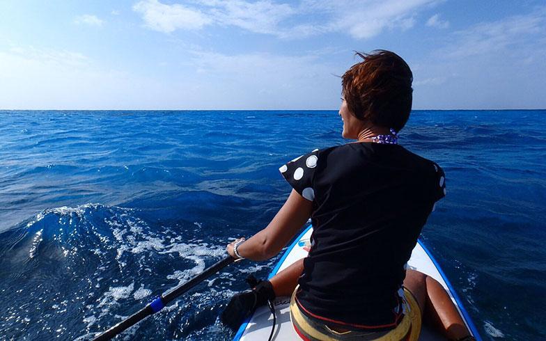 【画像3】サップを楽しむカナさん。チヒロさんはほぼ毎日海に出てサップを楽しんでいるそう(画像提供/チヒロさん)