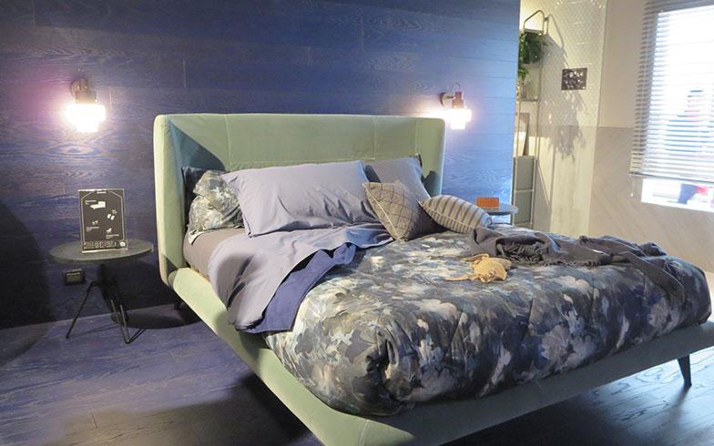 【画像5】デニムファッションで有名な「DIESEL」は家具・照明・キッチン・洗面ラインまでそろうライフスタイル・ブランド。ここでもベッドがスモーキーなグリーン(写真撮影/藤井繁子)