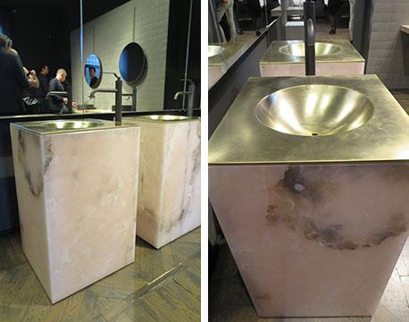 【画像9】『ピンク・オニキス』にブラス(真鍮)を組み合わせたシンプルながら迫力ある洗面ボウル。Piero Lissoni(ピエロ・リッソーニ)デザイン @Boffi(写真撮影/藤井繁子)