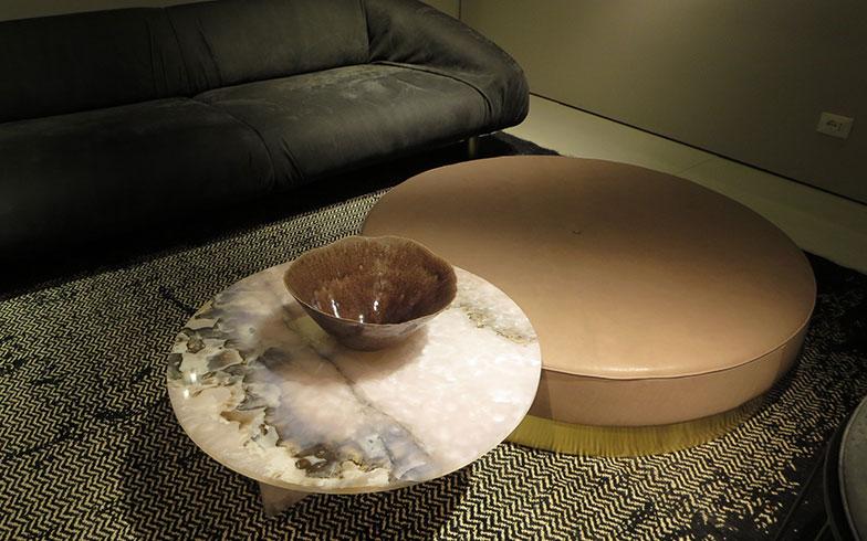 【画像10】個性的なテーブルにフォーカスしたコーディネーション。石は同じ色柄が二つとないところに面白さがある@baxter(写真撮影/藤井繁子)