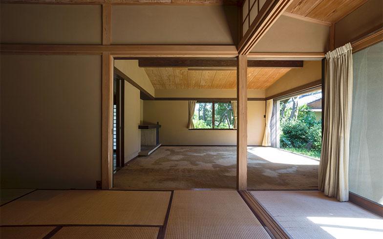【画像1】改修前の和室から客間を見る(写真撮影/川辺明伸)