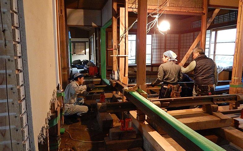【画像4】鯰組による耐震補強の施工(写真撮影/小柳理恵)