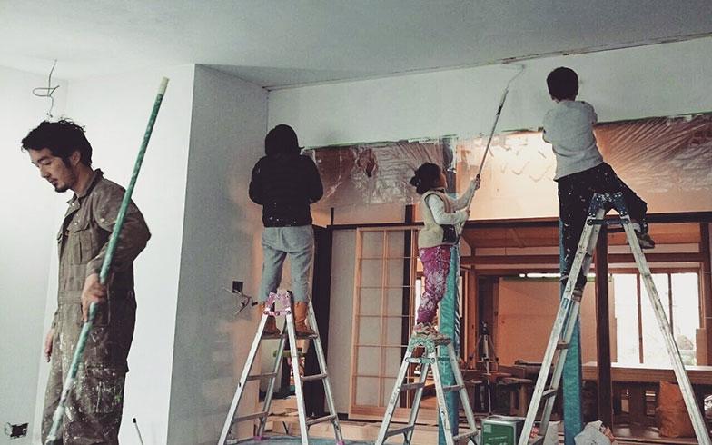 【画像5】お施主さん一家総出でペンキ塗り(写真撮影/HandiHouse project)
