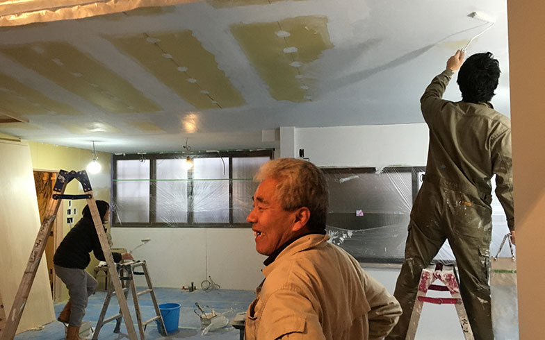 【画像7】お施主さんのDIYをのぞきに来た鯰組の大工さん(手前)(写真撮影/HandiHouse project)