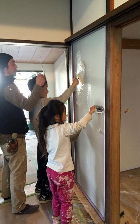 【画像8】急きょ始まった鯰組、左官屋さんによる漆喰(しっくい)壁塗りレクチャー(写真撮影/HandiHouse project)