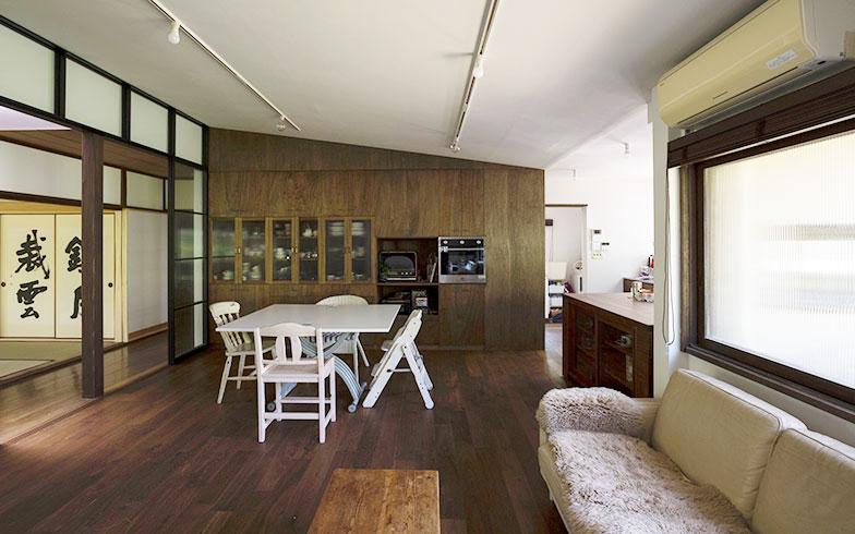 【画像10】新しいリビング、ダイニング、キッチン。裏方として設えられていた既存のキッチン・ダイニングを仕切っていた壁を取り払い、新たに鉄製のガラス戸を設置し、明るく開放的で家族の居場所の中心として相応しい場所になるようにしました(写真撮影/川辺明伸)