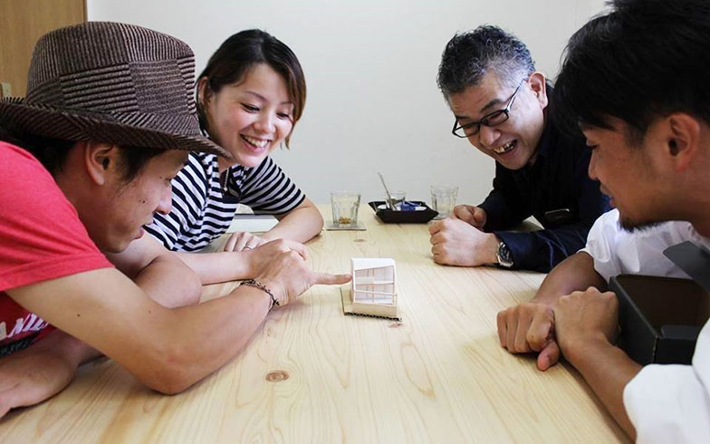 【画像1】新築住宅の設計打合せ、模型を見ながら妄想中(画像提供/HandiHouse project)