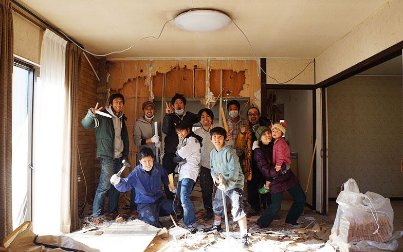 【画像2】解体初日に全員集合!(画像提供/HandiHouse project)