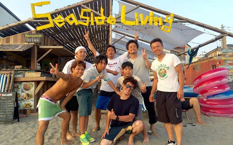【画像6】海の家Seaside Livingでお施主さんや協力業者さんと(画像提供/HandiHouse project)