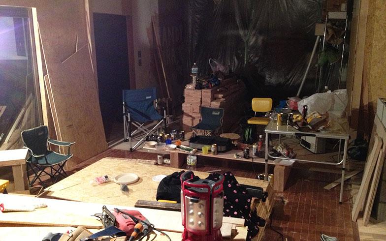 【画像4】引越し後に生活が始まった1階。生活用品と工事の道具が混在する(画像提供/HandiHouse project)
