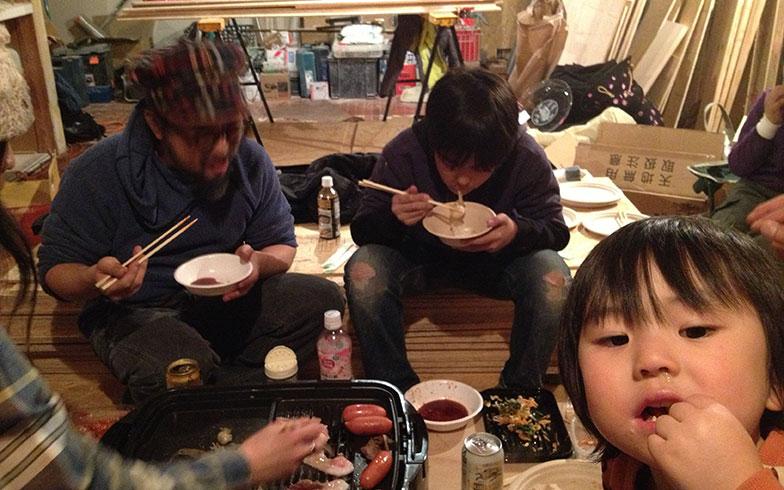 【画像5】夜になると家族のリビングになる現場(画像提供/HandiHouse project)