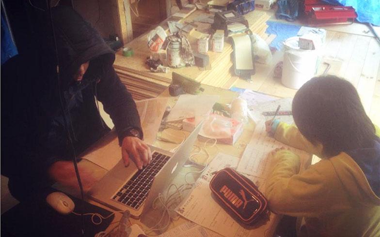 【画像6】作図作業の傍で宿題をするはる(画像提供/HandiHouse project)