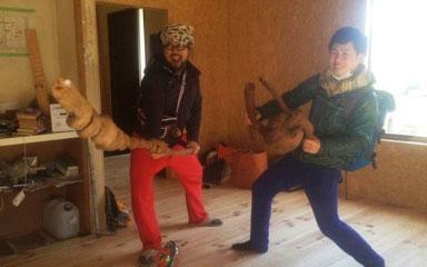 【画像7】いろいろな素材で妄想を広げる。のちにタカさん渾身の一作となる扉の取手となる木のコブ(画像提供/HandiHouse project)