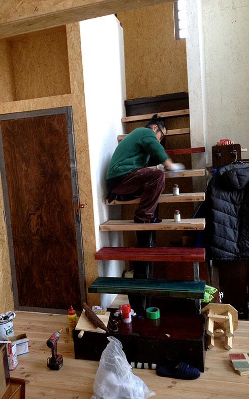 【画像11】その後塗装するタカさん(画像提供/HandiHouse project)