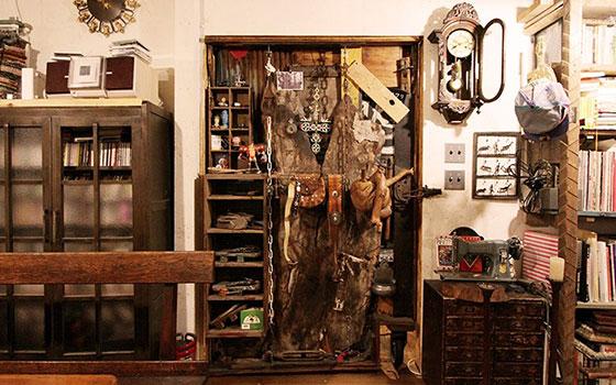 【画像12】タカさんがつくった扉。使い方を妄想し続けていた木のコブを取手に(画像提供/cowcamo)