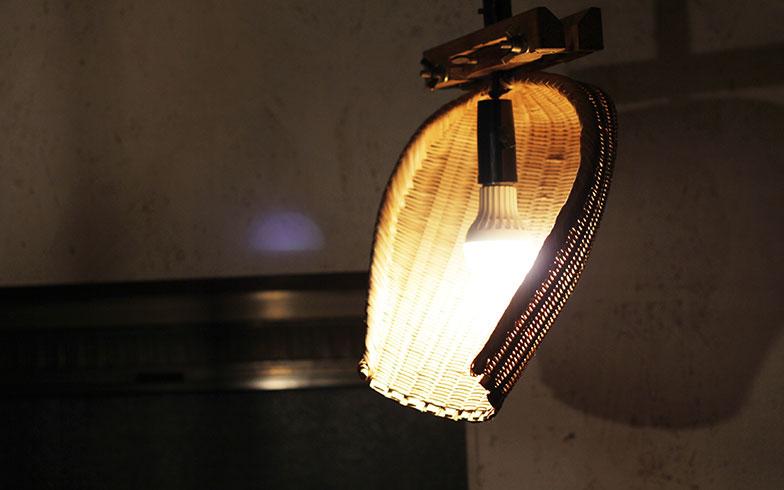 【画像13】農具の箕(み)でつくった照明(画像提供/cowcamo)