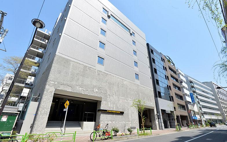 【画像1】ショールーム兼倉庫だった建物を、一棟まるごとリノベーション。オフィス仕様へとリニューアルしている(写真撮影/森カズシゲ)