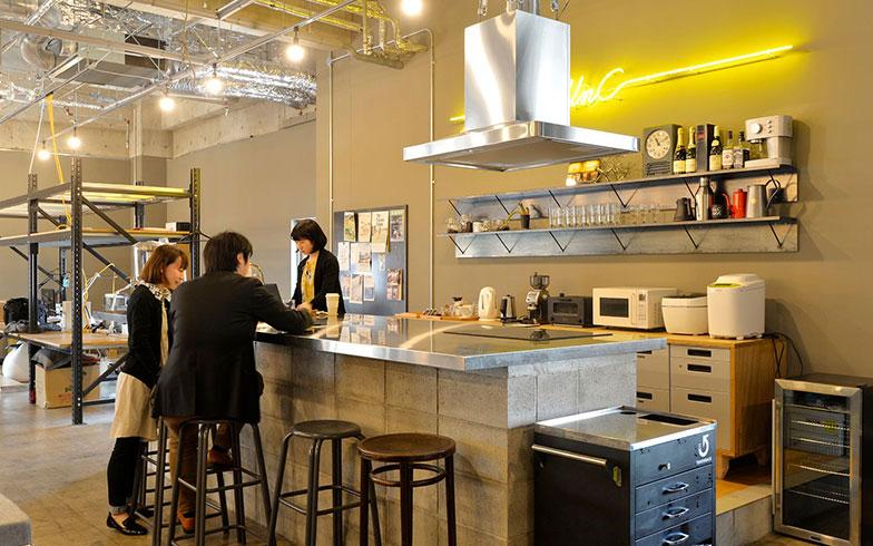【画像4】オフィス空間としては立派過ぎる対面式キッチン。コーヒー片手に何気ない会話を生み、人間関係の潤滑油的な役割を果たすのだとか(写真撮影/森カズシゲ)