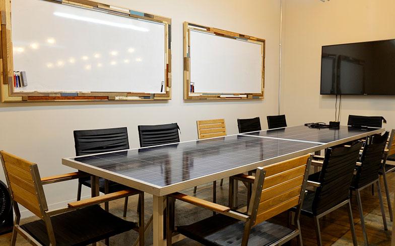 【画像7】個室の会議室も。よく見るとテーブルの天板が廃材のソーラーパネルになっていたりして、おしゃれかつエコ。細部にまで抜かりなくセンスが光っており、その一つひとつにいちいち感動してしまう(写真撮影/森カズシゲ)
