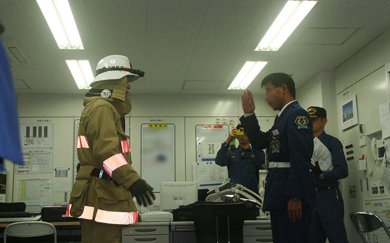 【画像3】防災センターで行われた防災(消防総合)訓練。通報を受けて到着した臨港消防署の消防隊員と警備員との申し渡しには本番さながらの緊迫感が(写真撮影/日笠由紀)