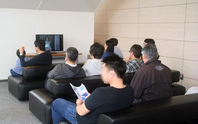 【画像9】DVD視聴コーナーでは、中央区が制作した高層住宅居住者向け防災対策DVD「備えて安心!マンション防災」が流れていた(写真撮影/日笠由紀)