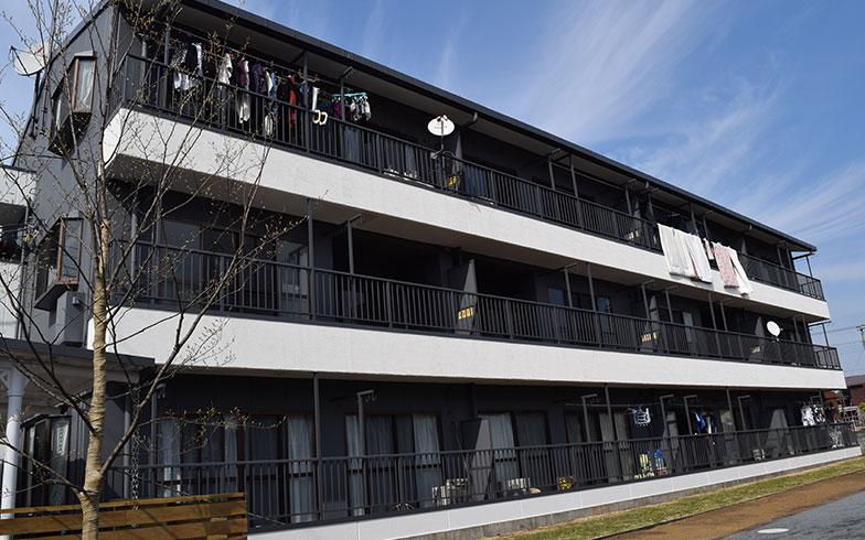 【画像1】鉄骨造3階建の「ル・シュバル」(リノベーション後)。2階と3階あわせて計4戸の空室が続いていた(写真撮影/末吉陽子)