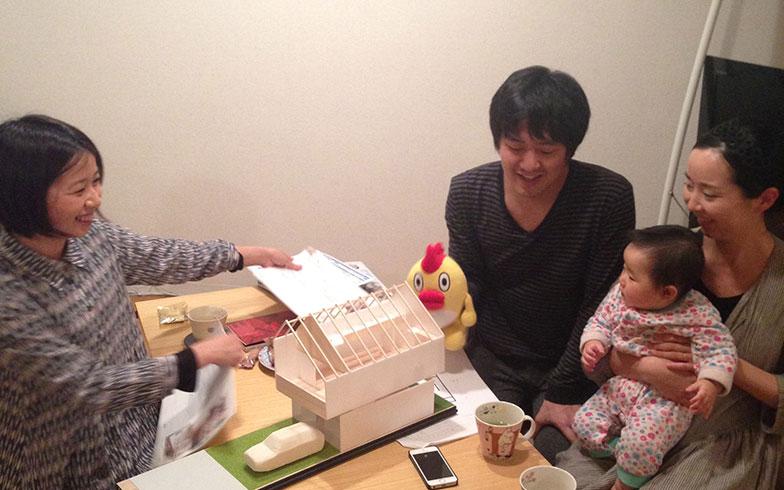 【画像1】模型を見ながら妄想中。右側がOさん家族(画像提供/HandiHouse project)