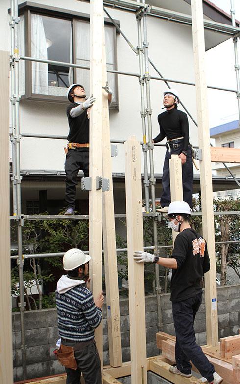 【画像3】皆で力をあわせて建てる(画像提供/HandiHouse project)