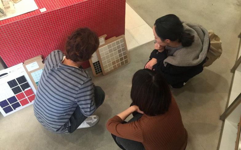 【画像6】ショールームにてキッチンのタイル選び(画像提供/HandiHouse project)
