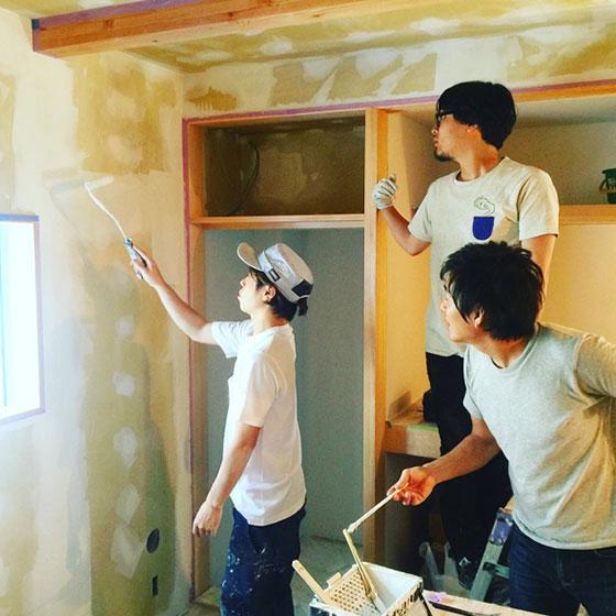 【画像8】寝室の塗装レクチャーを受けるOさんと友人(画像提供/HandiHouse project)