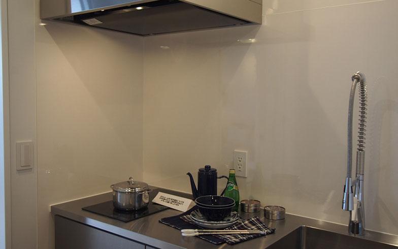 【画像9】それほど広くはないがシンプルで機能的なキッチン(写真撮影/明日陽樹)