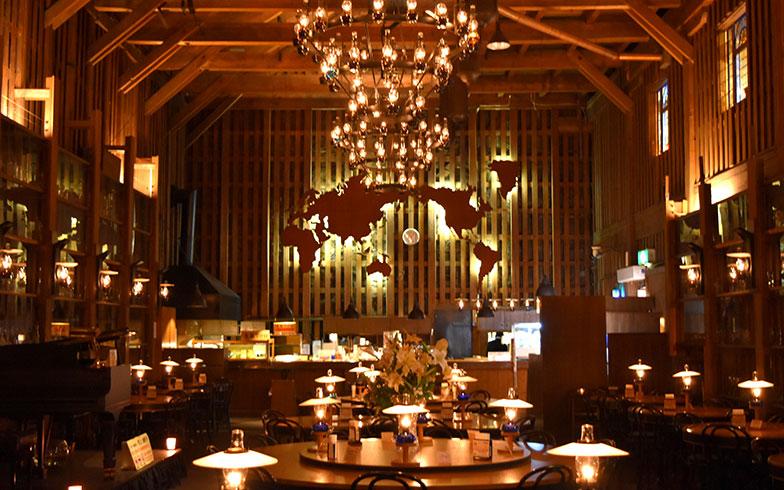 【画像4】ピアノの生演奏も楽しめる喫茶店「北一ホール」。昔は身欠きニシンなどが貯蔵されていた倉庫だった。通常、店内の照明は灯油ランプのみのためかなり暗く、中に入って目が慣れるまで時間がかかる(画像提供/北一硝子)
