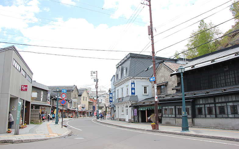 【画像6】JR小樽駅から徒歩10~15分の堺町通り。「北一硝子三号館」がある通りだ。今は、古い石造倉庫や商家を改装した店が建ち並び、週末や観光シーズンは歩道が観光客で渋滞するほどにぎわう(写真撮影/田方みき)
