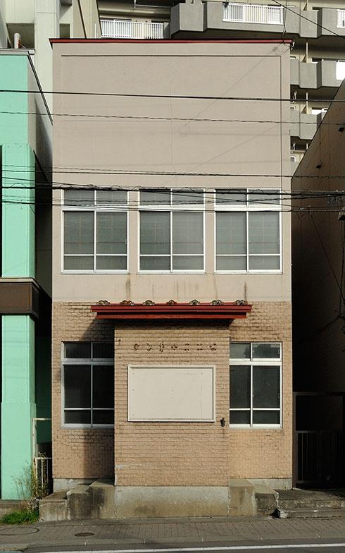【画像8】リノベーション前の外観。エントランスの目隠しになっている壁と赤いひさしの形が、丸型ポストのようにも見える。全体の雰囲気は今とあまり変わらない(画像提供/松本望さん)
