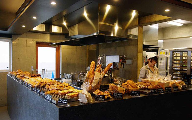 【画像4】オガールセンターに入居するパン屋「The BAKER」。地元の小麦・乳製品を使った天然酵母パンを提供し、はやくも町民の人気を得ている(写真撮影/村島正彦)