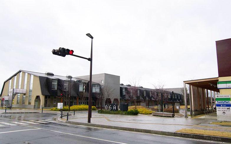 【画像7】オガール地区を紫波中央駅側から見た景色。左に見えるのはオガールプロジェクトの最初の建築物「オガールプラザ」。県産材などを使った木造(一部RC造)、2012年竣工。40万円/坪という事業計画から導き出したローコストで建築した(写真撮影/村島正彦)