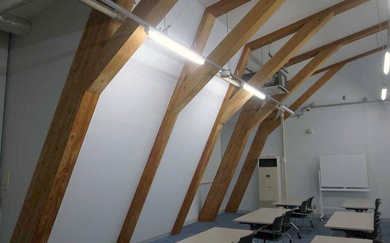 【画像8】オガールプラザの会議室。住宅建築に使われる一般流通材を使い、構造材や照明、配管ダクトも表しとしコストを極力抑えた(写真撮影/村島正彦)