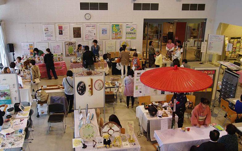 【画像10】オガールEXPOではマルシェも開催。交流館や紫波マルシェ、紫波町内のお店で販売されているスイーツの販売が行われるほか、交流館の教室・講座の展示などが行われた(写真撮影/村島正彦)