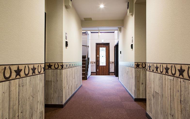 【画像4】滑りにくいカーペットを敷いた幅の広い廊下(写真撮影/片山貴博)