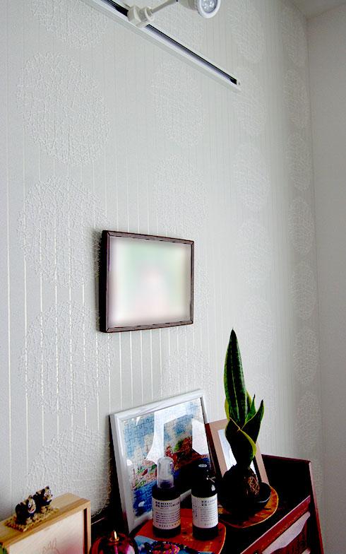 【画像3】書斎の奥の壁は、白に光沢のあるプリント柄を選んだ。これに寝室を加え3つの壁面の壁紙を入居時に選ぶことができる(写真撮影/村島正彦)