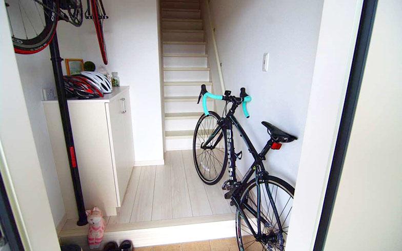 【画像4】Nさん宅は、1階玄関から階段を上がった2階がメインフロアだ。1階の玄関には夫婦共通の趣味のロードバイクが置かれている(写真撮影/村島正彦)