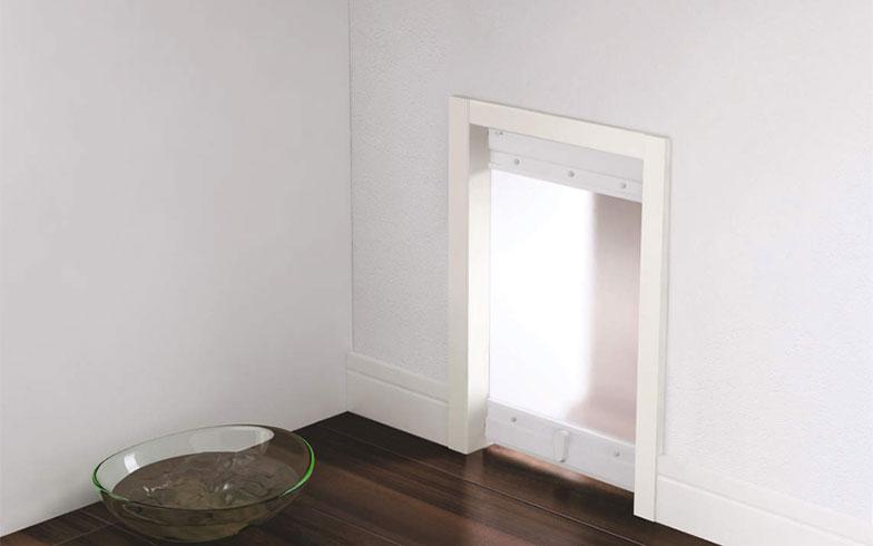 【画像2】大建工業の壁に設置したペット壁内くぐり戸。猫がより自由に部屋を移動できるようになる(画像提供/大建工業)