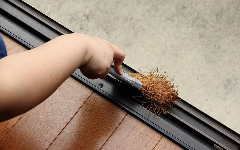 【画像5】放っておくと細かなゴミがたまりやすい窓のレール部分。こまめに掃除することが大切(写真/PIXTA)
