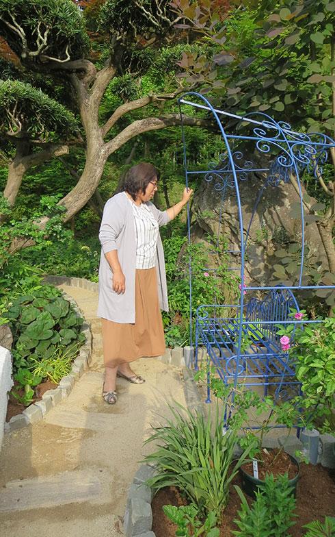 【画像9】こちらも今年の新作、アイアン製のハーフドーム型アーチのベンチ。ご自身がデザインして発注、珍しいブルーが緑の中でアイコンになっていた。次はここにもバラが咲く予定(写真撮影/藤井繁子)
