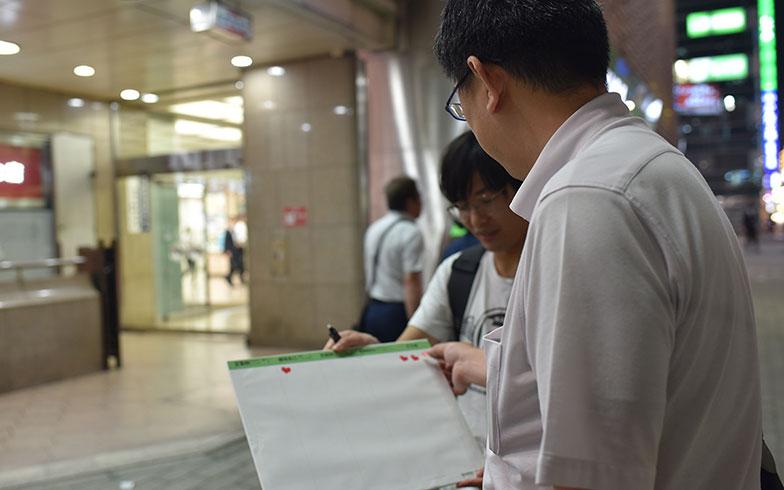 【画像4】新橋のお父さんたちはみな優しく、インタビューは快調に進んだ(写真撮影/榎並紀行)