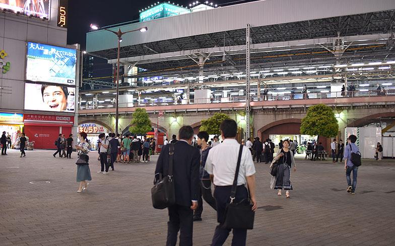 【画像5】仕事を終え、帰りの電車に向かうお父さん(写真撮影/榎並紀行)